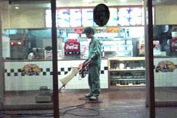 2.店舗の定期清掃業務風景